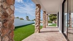 Grote volledig gerenoveerde Ibiza stijl villa dichtbij het strand