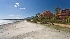 Luxury groudfloor apartment in frontline beach complex