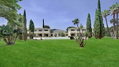 Elegant high end apartments for sale in private park close to Saint Tropez bay