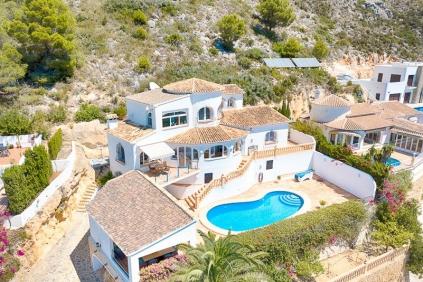 Fantastische en zeer sfeervolle villa met panoramisch zeezicht in het geliefde El Portet