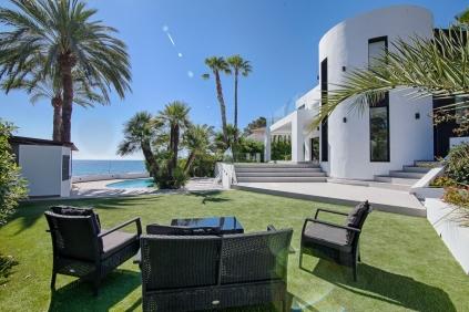 Schitterende moderne strandvilla direct aan zee!