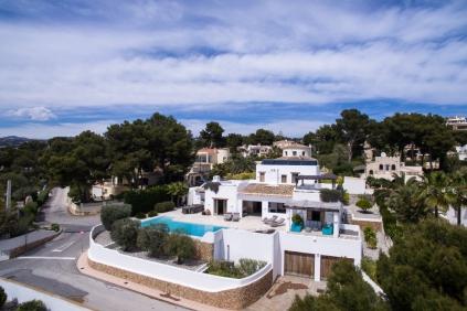 Schitterende Ibiza stijl villa met zeezicht op loopafstand van het strand!