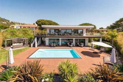 Schitterende en zeer complete moderne designvilla op enkele passen van het strand