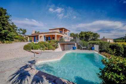 Beautiful sea view villa in private domain close to the beach