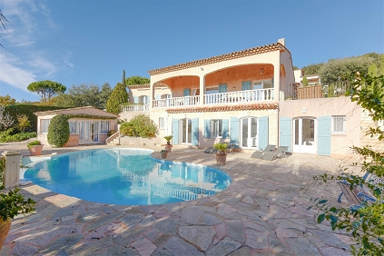 Lovely Provencal villa in gated estate close to the beach and with a lovely sea view