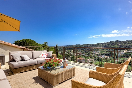 Exceptional upscale penthouse with jacuzzi and sea view close to Antibes