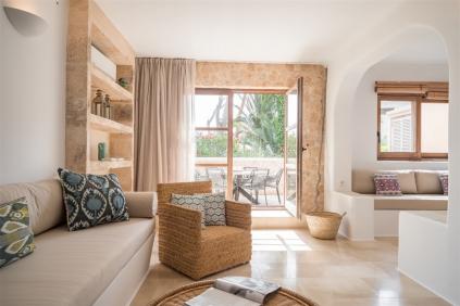 Schitterend gerenoveerd Ibiza townhouse te koop op enkele meters van het strand