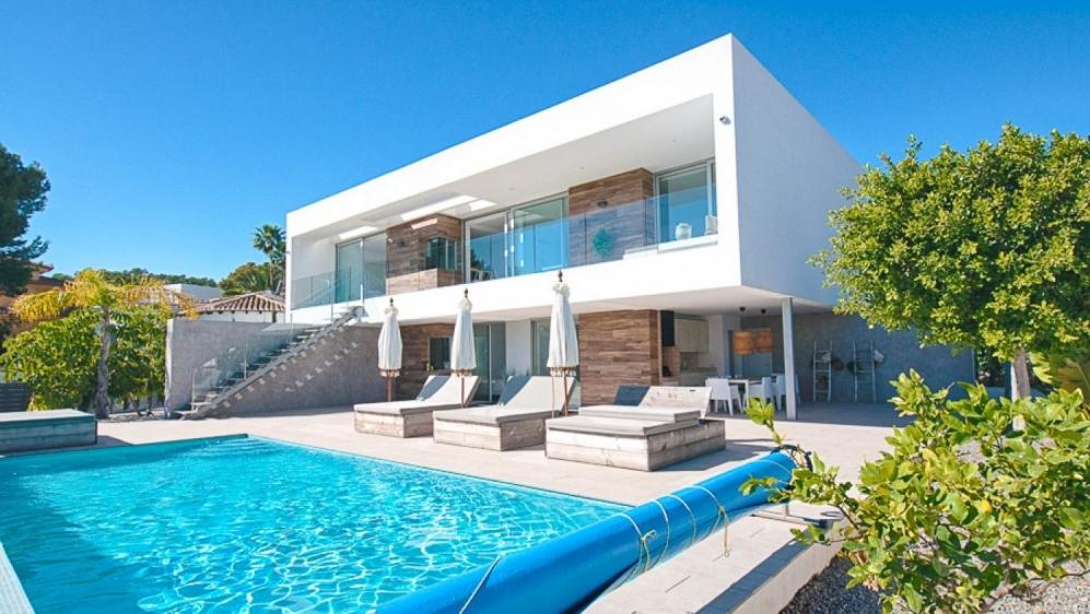 Schitterende moderne familie villa van zeer hoge kwaliteit met fraai zeezicht