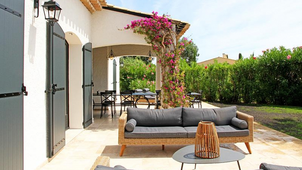 Luxury modern Provencal villa in immaculate state close to the beach and village
