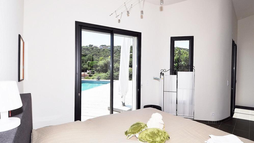 Prachtige moderne zeezicht villa dichtbij het strand