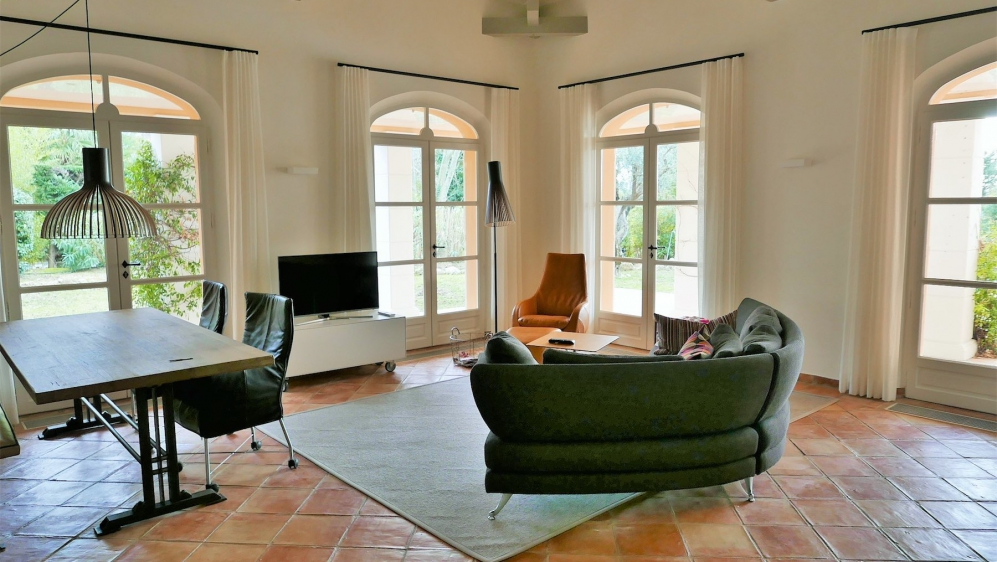 Superb charming villa in private domain with 24h security, private beach and golf