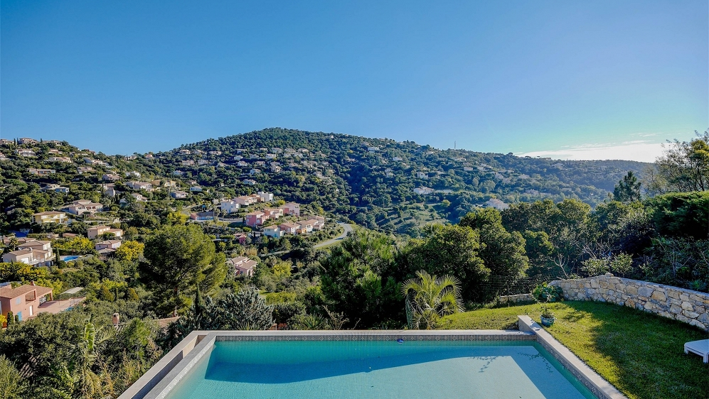 Beautiful modern Provencal villa with lovely views for excellent price