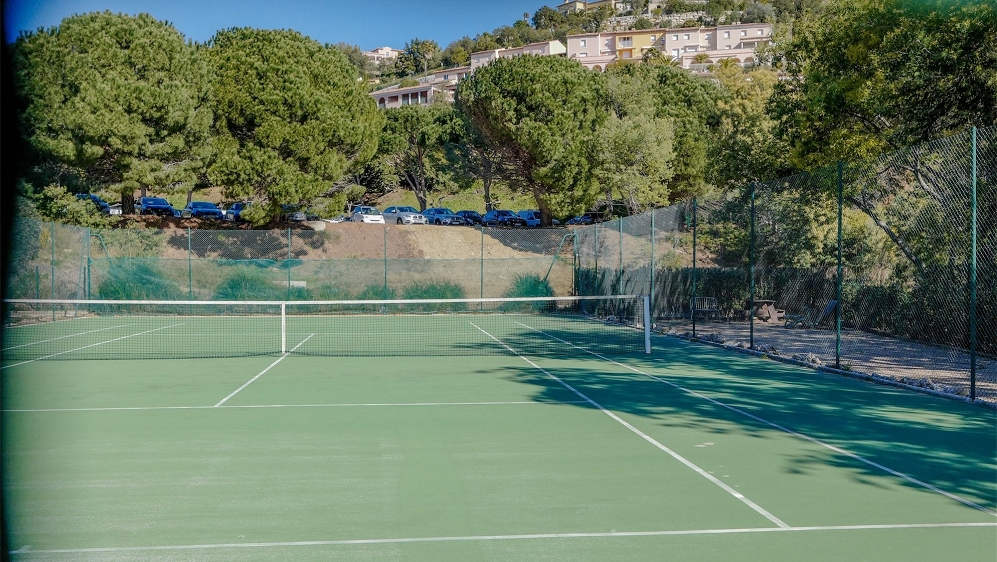 Zeer leuke hoekwoning in mooi domein met tennisbaan en zwembad