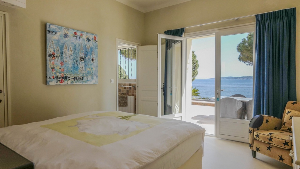 Stunning fully renovated seafront villa full of character with amazing sea views
