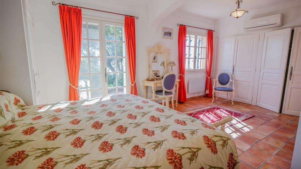 Mooie ruime villa in privé domein met schitterend zeezicht