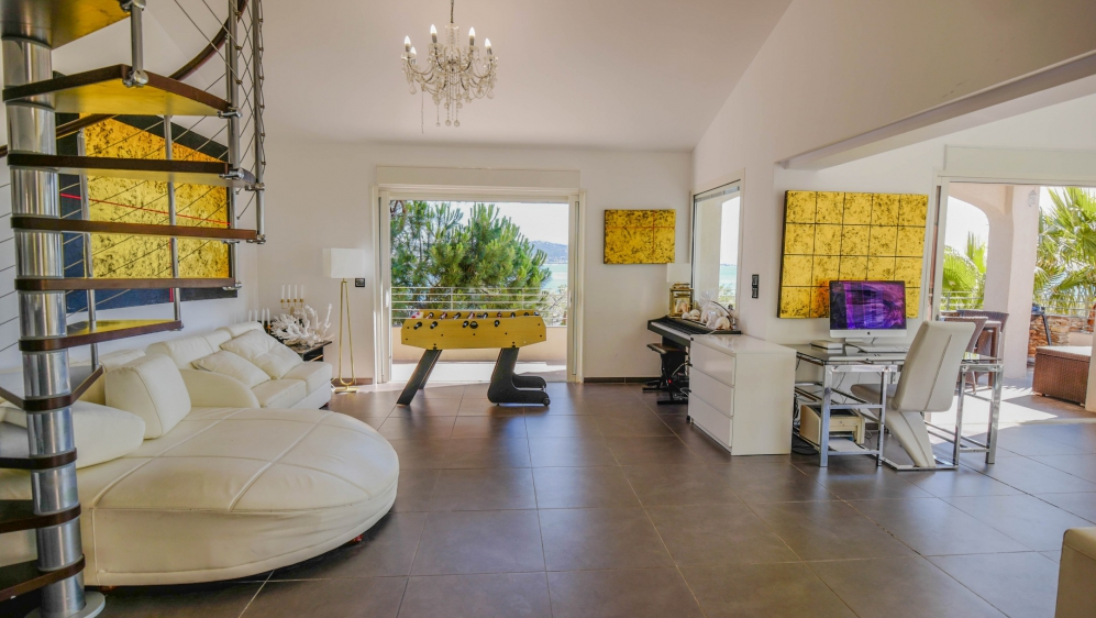 Beautiful contemporary villa with amazing sea views, just a short stroll from the beach