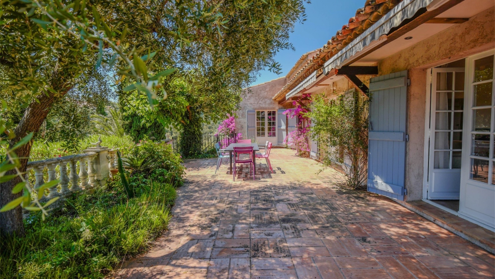 Lovely Provencal villa full of charm offering a beautiful view of the sea