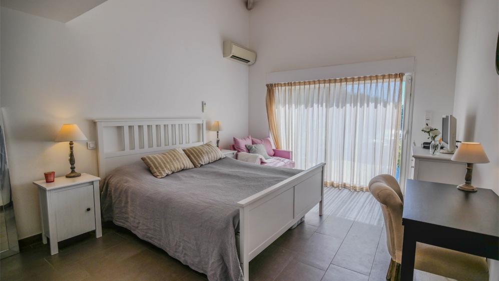 Perfect onderhouden familie villa in veilig domein met fraai zeezicht en gastenverblijf