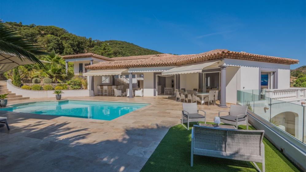 Prachtige moderne villa in privé domein met mooi uitzicht op de heuvels en zee