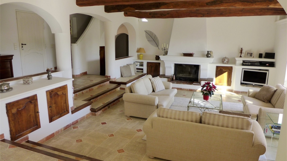 Beautiful Provencal villa with lovely views of the vineyards and the castle of Grimaud