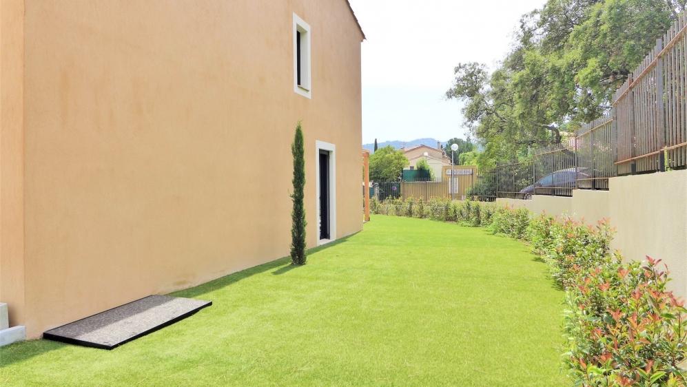 Beautiful semi-detached villa in the heart of the village of Plan de la Tour