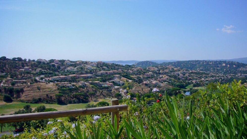 Lovely 3 bed apartement overlooking the Sainte Maxime Golf course and sea