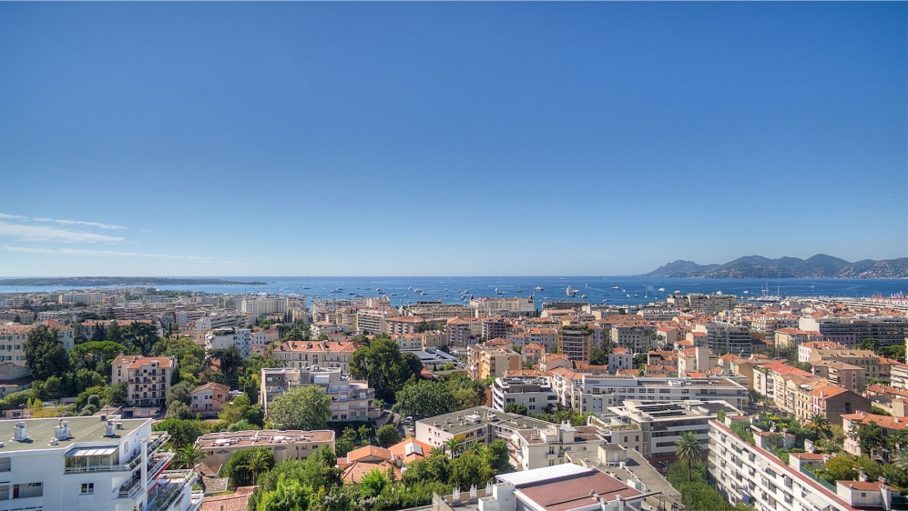 Beautiful penthouse apartment with huge roof top terrace in the heart of Cannes