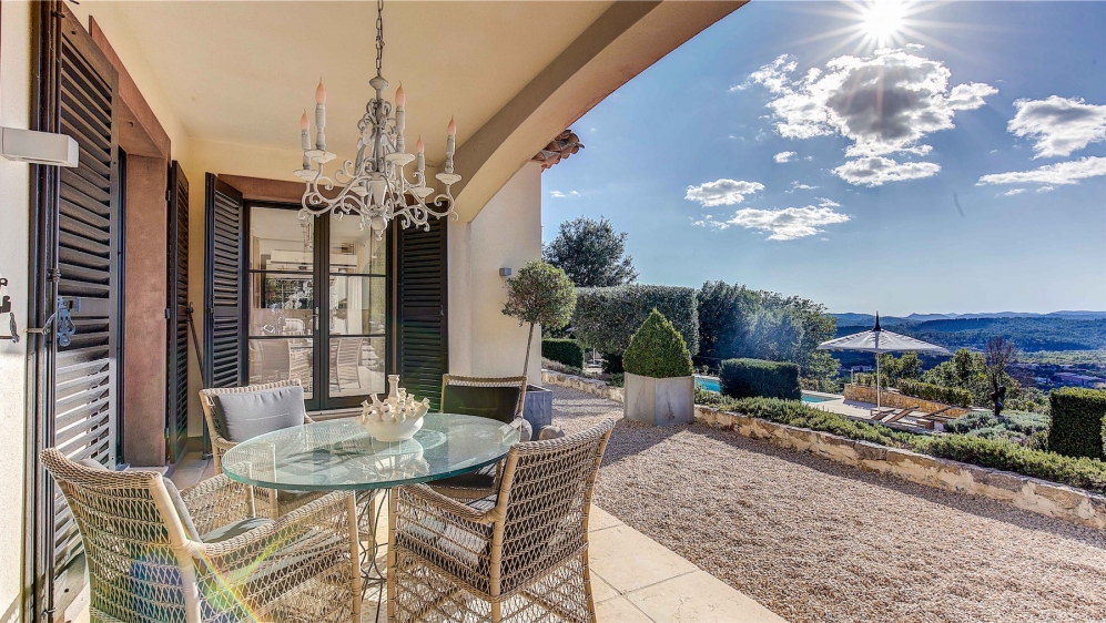 Stunning contemporary villa with panoramic views close to the Terre Blanche golf course