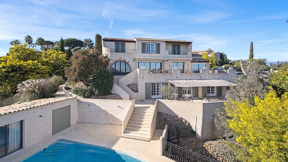 Fully renovated villa with sea view in gated residence in Super Cannes