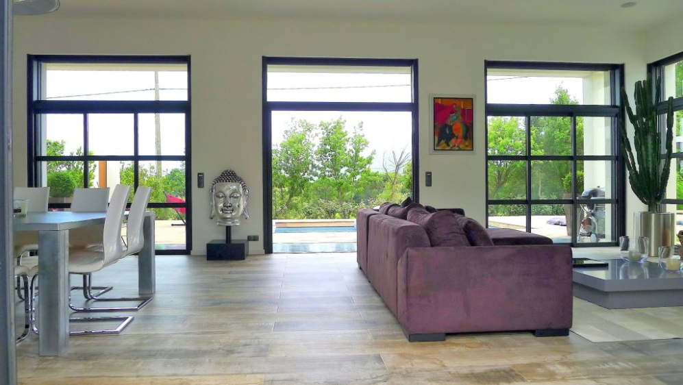 Beautiful contemporary villa close to amenities