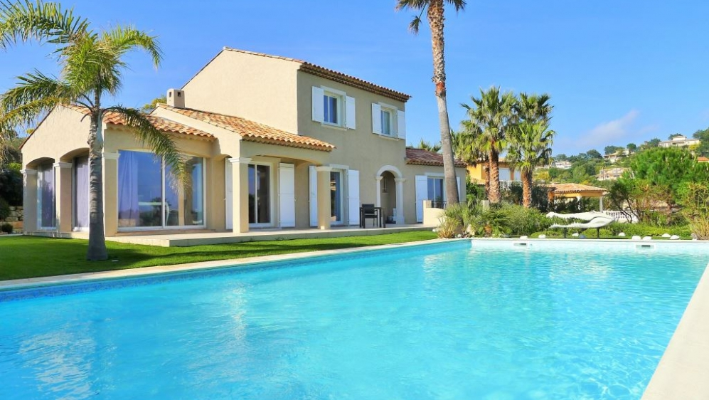 Beautiful villa with golf and sea views