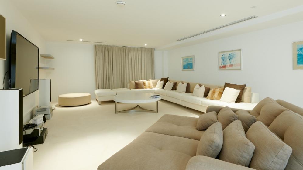 Luxe en moderne Ibiza stijl villa met hotelservices en verhuurvergunning