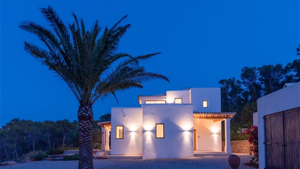 Schitterende nieuw gebouwde Ibiza stijl villa met veel grond en zeezicht