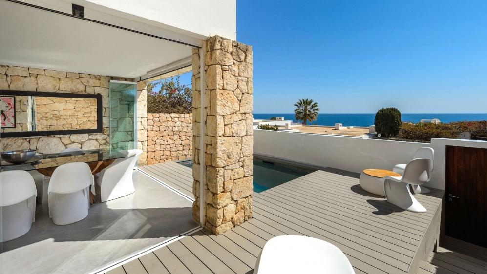 Schitterend Ibiza stijl appartment met groot terras, privé zwembad en super zeezicht