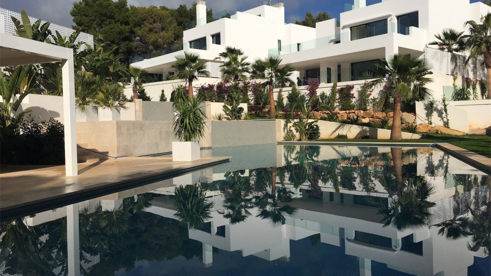 Modern new build villas walking distance to the beach!