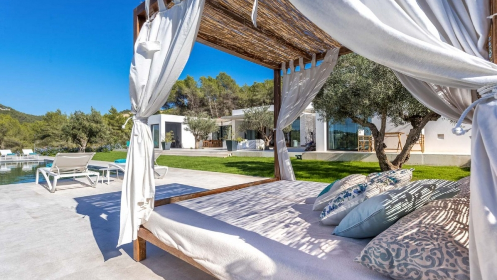 Contemporary luxury villa on large plot close to Ibiza town