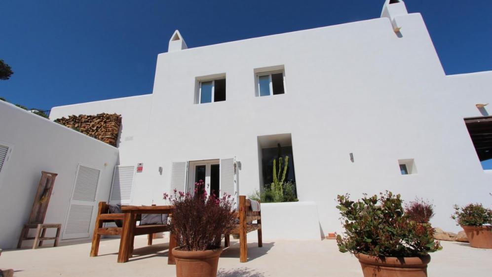 Stunning villa on dominant seafront location